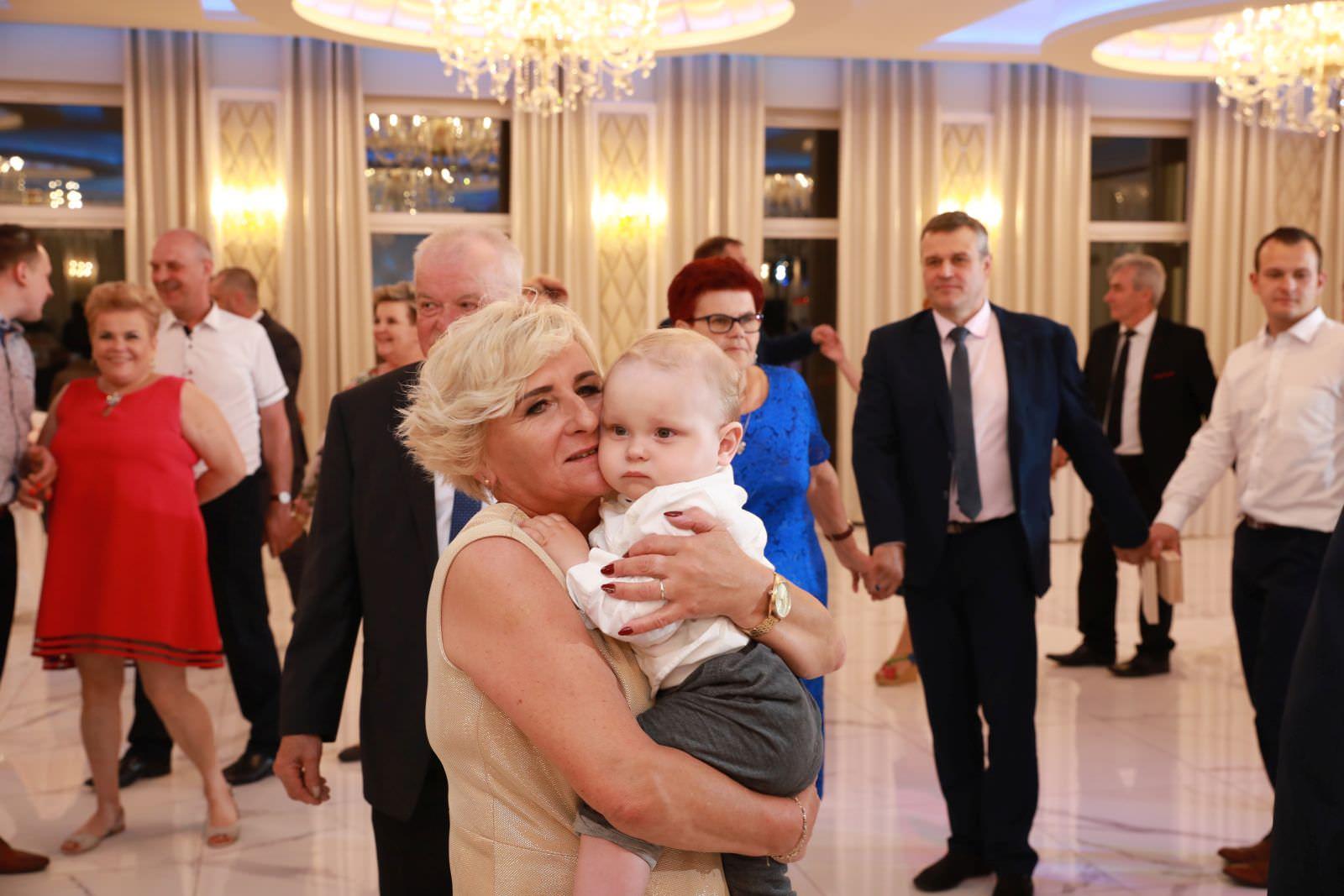 babcia z wnukiem na weselu