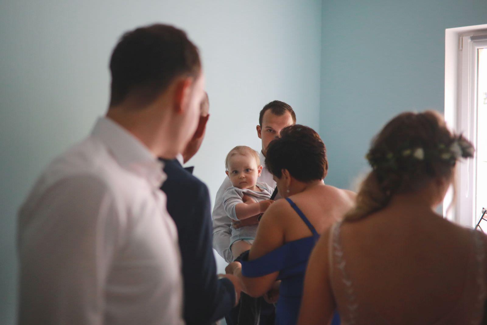 przygotowania podczas ślubu w domu