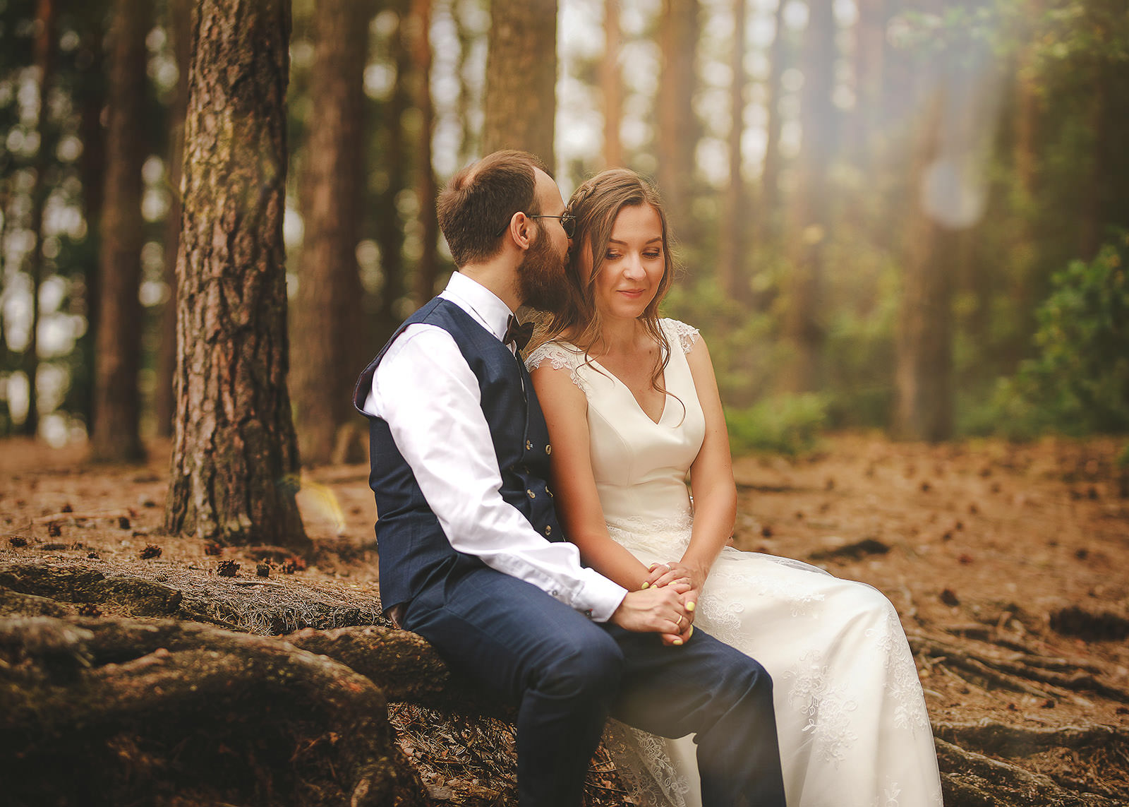 para zakochanych siedzi w lesie