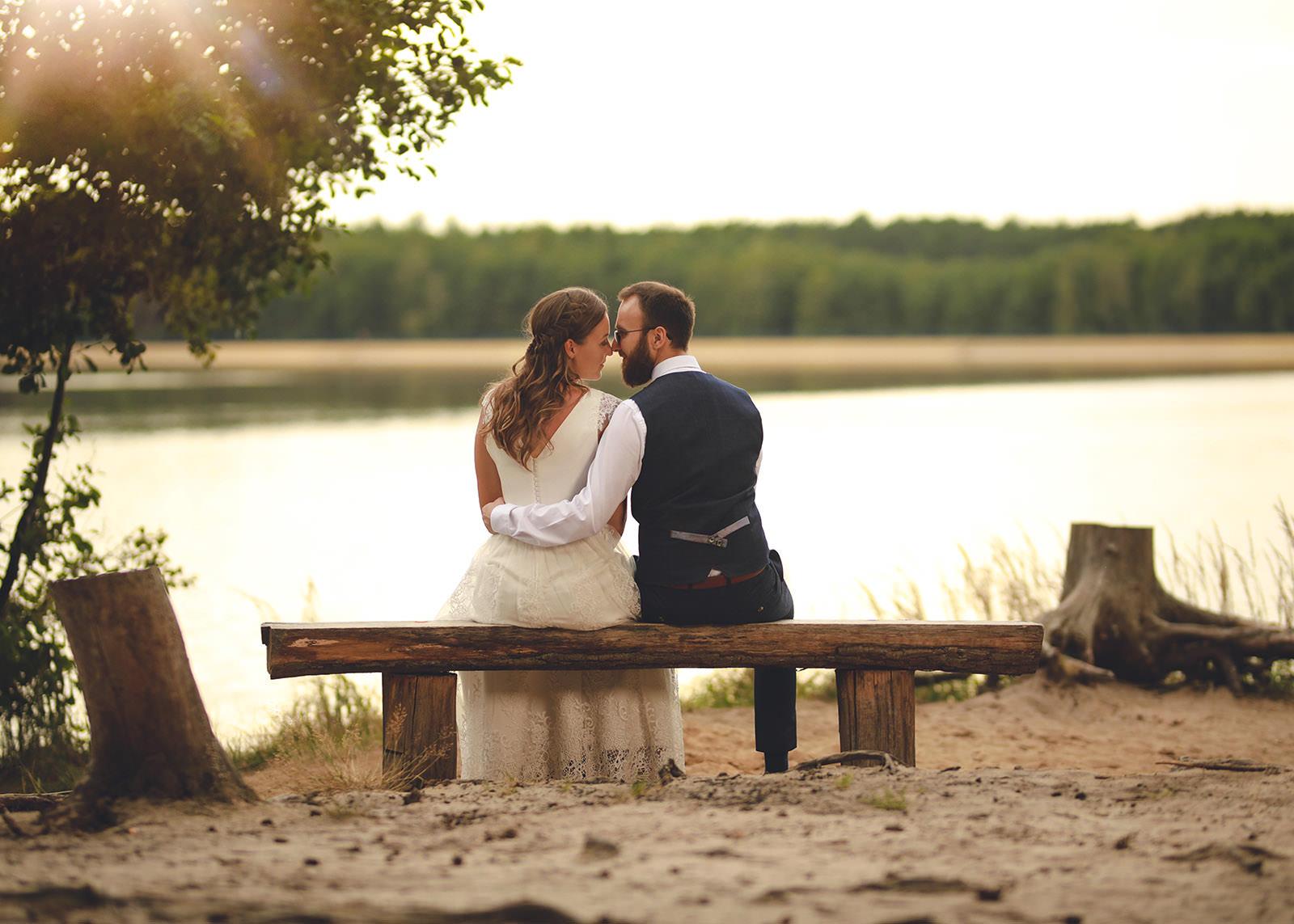 zakochani siedzą na ławce