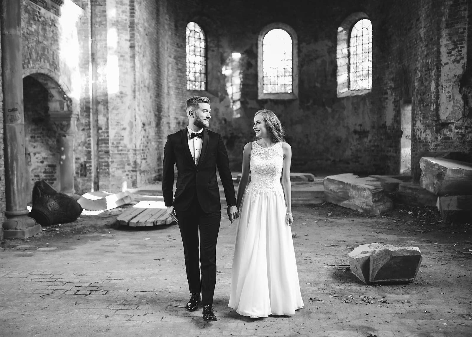 sesja ślubna w opuszczonym kościele