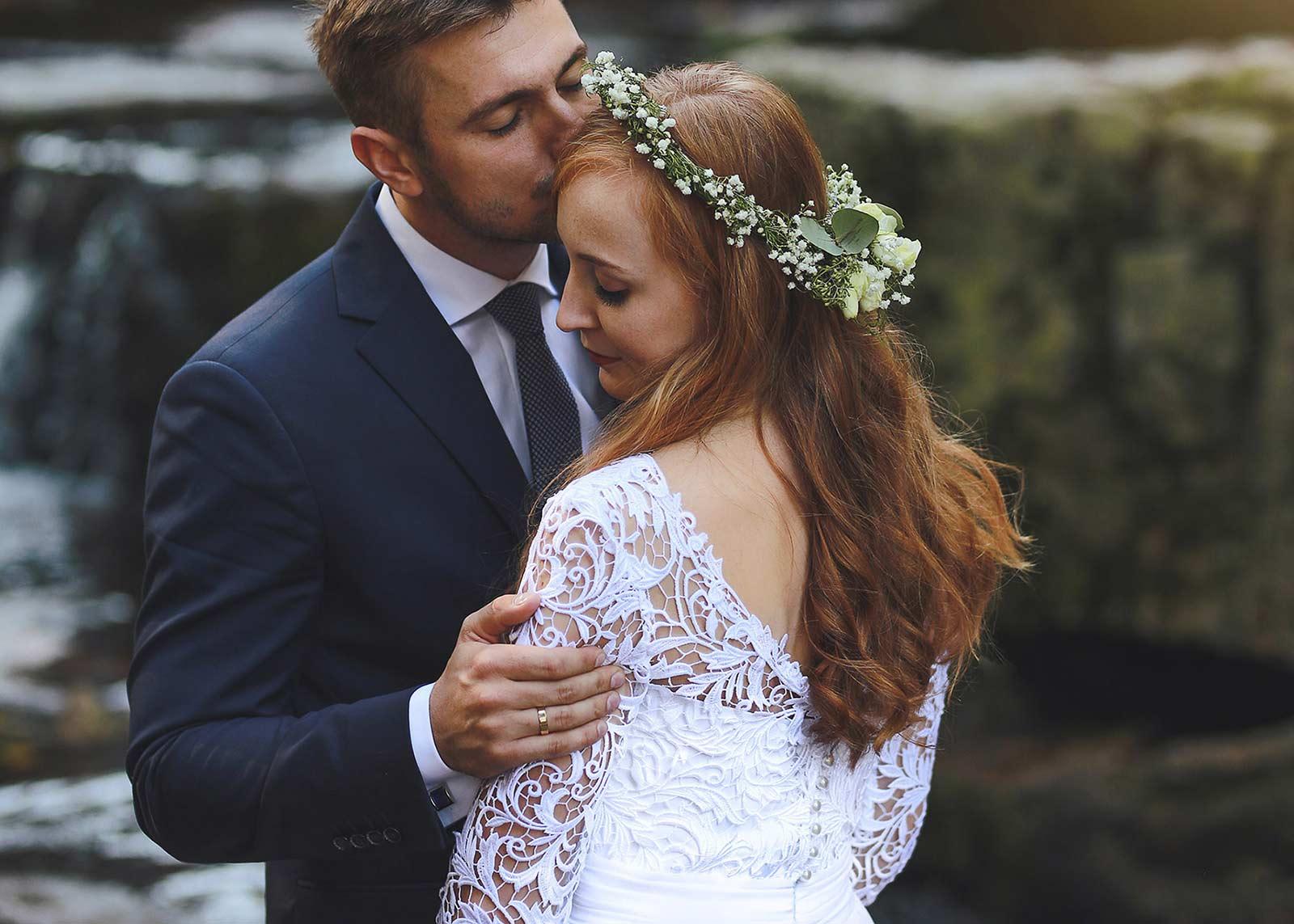 sesja ślubna pary młodej nad wodospadem