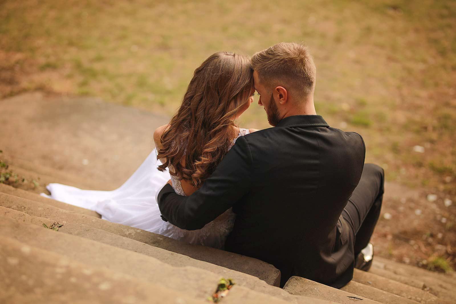para zakochanych siedząca na schodach
