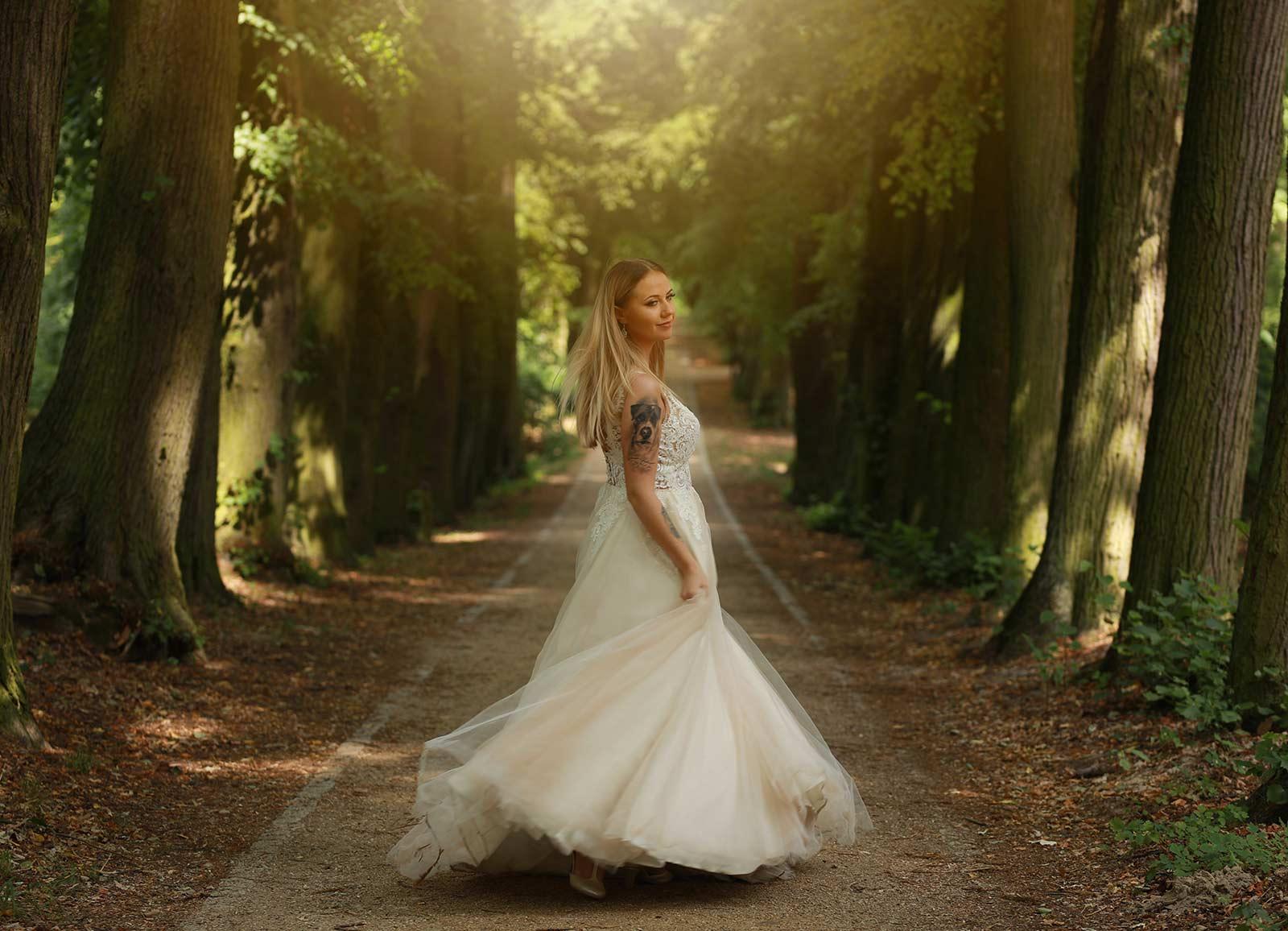 pani młoda wirująca suknia ślubna