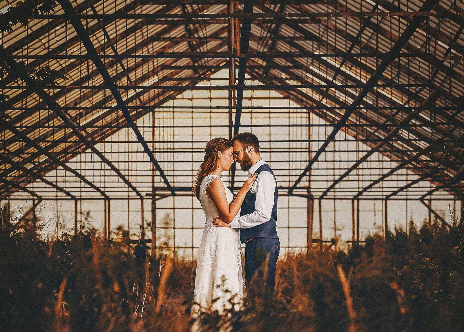 przytuleni nowożeńcy w szklarni