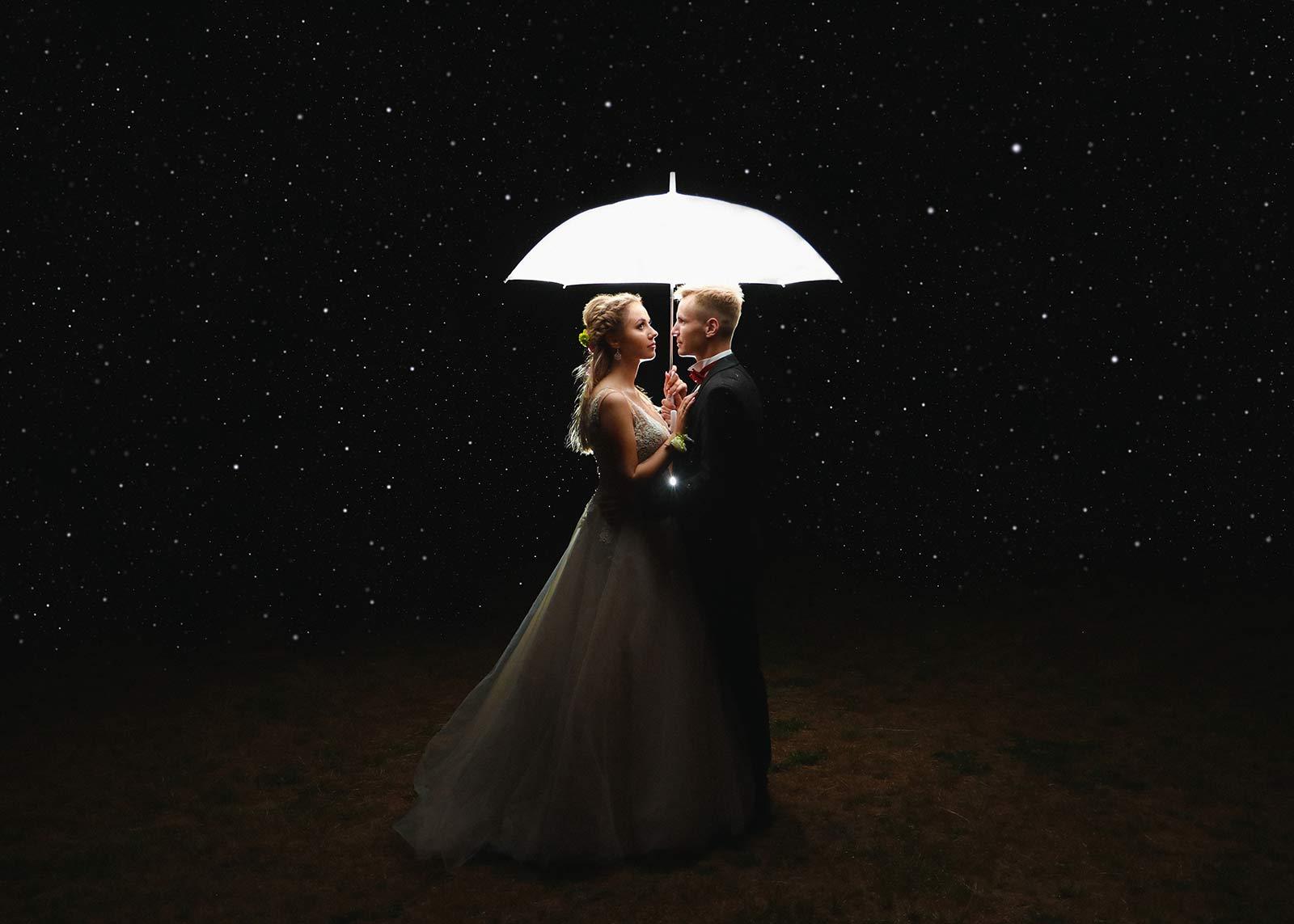 para młoda w deszczu pod parasolem