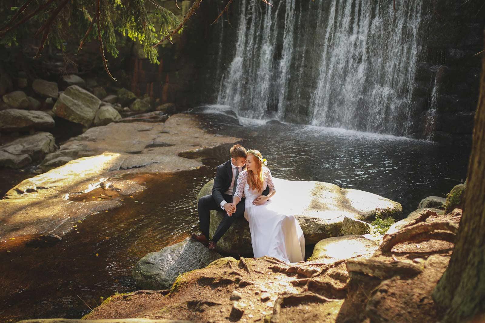 romantyczna sesja nad wodospadem