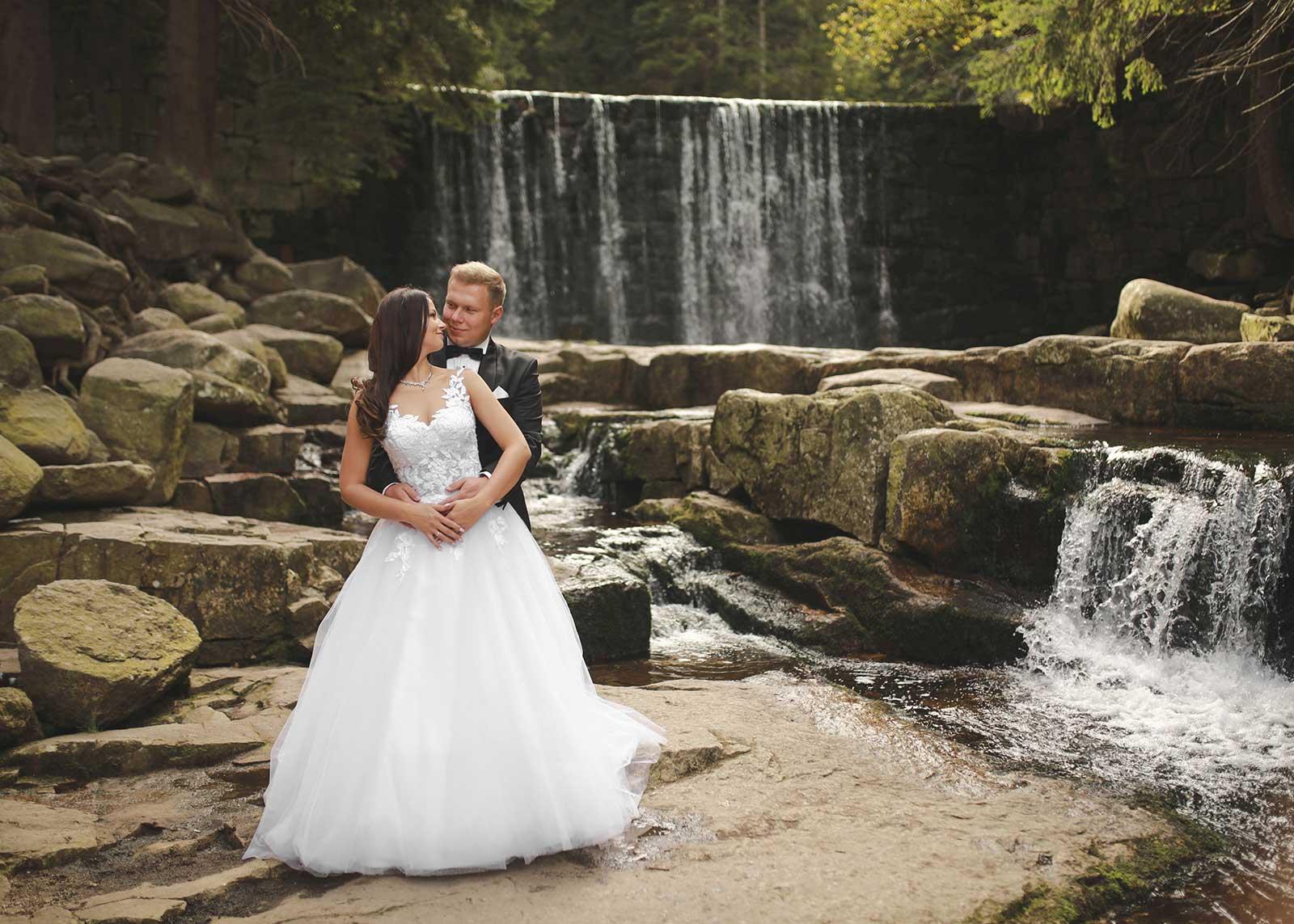 sesja ślubna nad wodospadem w Karpaczu